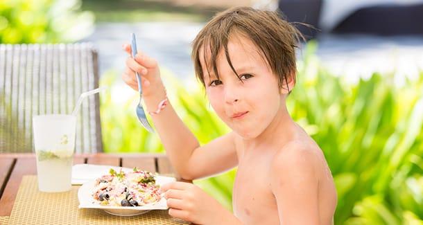 Come far mantenere ai bambini le abitudini alimentari anche in vacanza