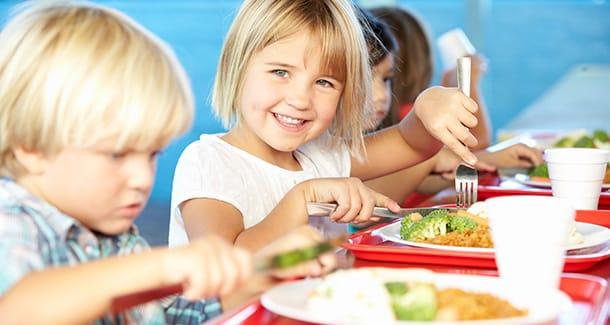 Il fabbisogno alimentare giornaliero di nutrienti nei bambini