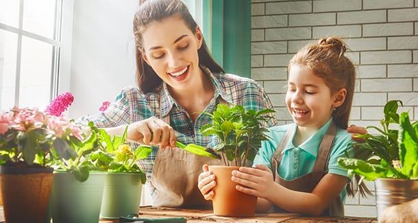 Curare le piante con i bambini