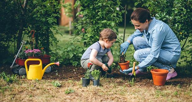 Fare giardinaggio con i bambini