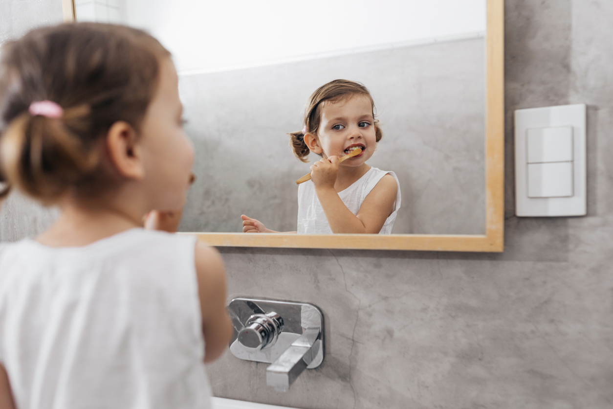 Insegnare a lavare i denti ai bambini